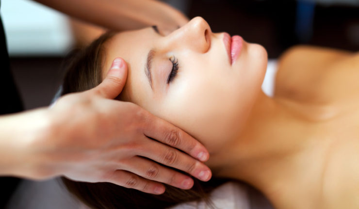 Femme en pleine massage naturiste