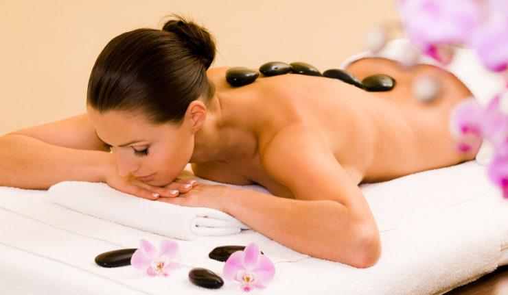 Une femme dans un institut de massage