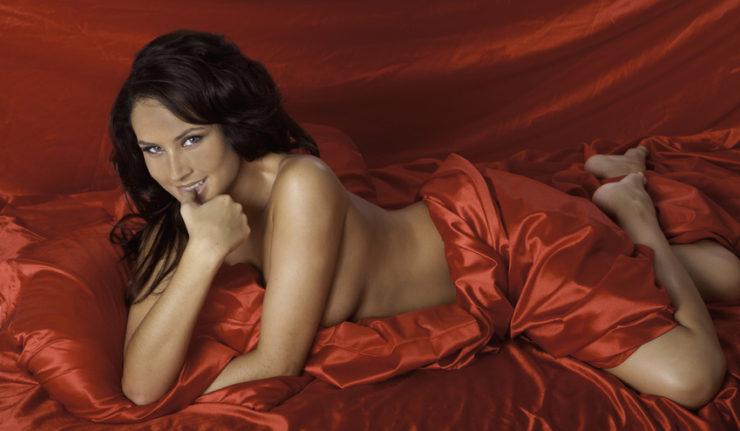 Femme en seance de massage natursite avec drap rouge