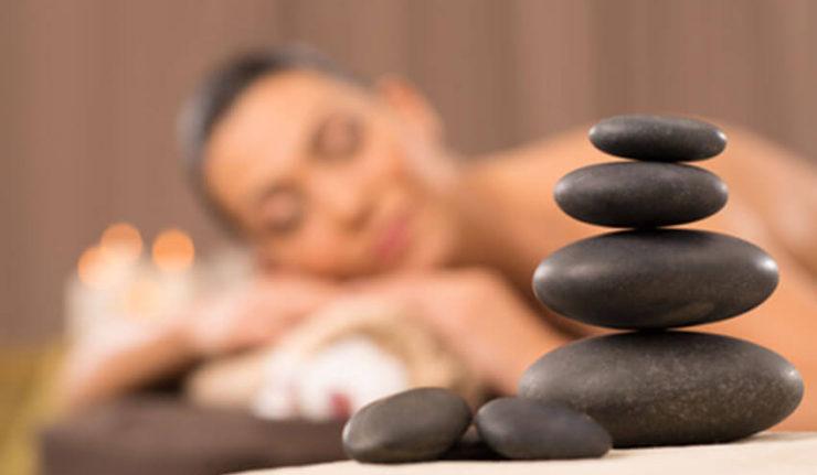 Une femme qui profite du bien-être avec un massage naturiste
