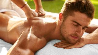 Un homme choisit entre un massage à chaud ou à froid