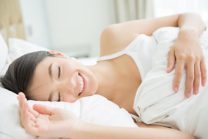 Une femme en pleine relaxation